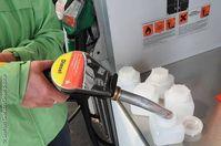 Greenpeace nimmt Proben von Diesel Kraftstoff an einer Tankstelle. Der Anteil von Diesel aus Palmoel als Teil von Agrosprit soll gemessen werden. Sie fuellt Diesel mit einer Zapfpistole in Testbehaelter. Bild: Steffen Giersch/Greenpeace