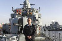 Fregattenkapitän Mathias Rix, Kommandant der Fregatte Lübeck auf der Back. Bild: Leon Rodewald