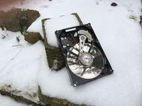 Festplatte im Schnee. Bild: Attingo Datenrettung