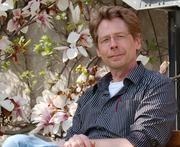 Wolfgang Dröge-Laser im Botanischen Garten der Universität Würzburg - dort befindet sich der Lehrstuhl für Pharmazeutische Biologie, an dem der Professor die Auswirkungen von Stress auf die Genaktivität von Pflanzen erforscht. Foto: Robert Emmerich