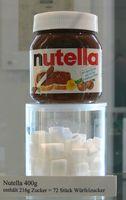 Veranschaulichung des Zuckergehalts eines 400-Gramm-Glases Nutella (216g Zucker ~ 72 Stück Würfelzucker) im Zucker-Museum Berlin.