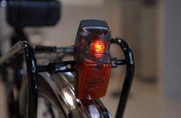 Anwendungsbeispiel Fahrradleuchte: Der am Forschungszentrum Karlsruhe entwickelte Mikro-Vibrationsschalter erhöht die Einsatzdauer von Batterien um ein Vielfaches und wird jetzt mit Hilfe eines von Wissenschaftlern ausgegründeten Unternehmens auf den Markt gebracht. Foto: Forschungszentrum Karlsruhe