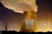 Greenpeace fordert Bundeskanzlerin Angela Merkel, die das AKW auf ihrer Energiereise besucht, auf, Atomkraftwerke nicht länger laufen zu lassen.