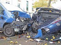 Der Renault Trafic und der VW Eos waren erheblich beschädigt und mussten abgeschleppt werden. Bild: Polizei