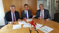 Unterzeichneten den Vertrag zur Erstellung der Demografie-Studie für Westfalen (v.l.): Dr. Karl-Heinrich Sümmermann, Dr. Reiner Klingholz und Matthias Löb. Quelle: Westfalen-Initiative (idw)