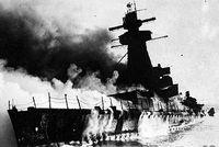 Das brennende Wrack der Admiral Graf Spee vor Montevideo
