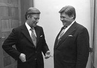 Bundeskanzler Helmut Schmidt (links) empfängt 1974 Hanns Martin Schleyer.
