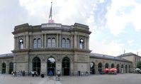 Bahnhofsplatz und rechter Gebäudeflügel nach dem Umbau