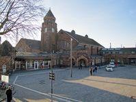 Gießen: Empfangsgebäude und Bahnhofsvorplatz (Februar 2015)