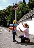 Kind: Eltern sollten früh Selbstständigkeit vermitteln. Bild: pixelio.de, GTÜ