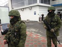 Soldaten ohne Hoheitszeichen am Flughafen Simferopol am 28.Februar2014