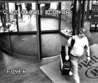 """Wer kennt diesen Mann? Der Tatverdächtige beim Verlassen des Kölner """"Hilton""""."""