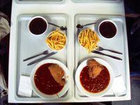 Beispiel: Schnitzel Cordon bleu mit Pommes frites und als Nachspeise Schokoladenpudding (Mensa Stadtmitte, TU Darmstadt)