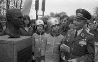 Sigmund Jähn vor der Büste von Juri Alexejewitsch Gagarin, 1981