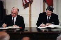US-Präsident Reagan (rechts) und der sowjetische Generalsekretär Gorbatschow (links) unterzeichnen den INF-Vertrag im Weißen Haus, 8. Dezember 1987.