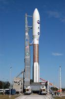 Eine Atlas V(551) mit New Horizons an Bord auf einer beweglichen Startplattform von Startkomplex 41. Auf diesem Foto sind zwei der fünf Feststoffbooster zu sehen.