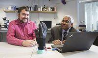 Handschuh: Forscher präsentieren Erfindung. Bild: Nottingham Trent University