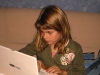 Aktive Teilnahme an sozialen Netzwerken steigert Schreibfertigkeiten. Bild: pixelio.de/duwitt