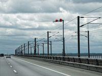 Fahrbahn und Eisenbahngleise auf dem Westteil der Brücke, Blickrichtung WSW, im Hintergrund die Insel Fünen