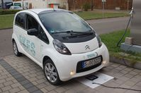 Elektrofahrzeug über der Ladespule. Quelle: Universität Stuttgart/IVK (idw)