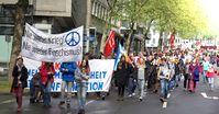 Ein typischer Ostermarsch. Links vorraus wird die Kriegsrune, fälschlicherweise als Friedensrune die genau umgedreht ist, vorangestellt. So kann es mit dem Frieden nichts werden...