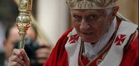 Ex-Papst Benedikt XVI mit dem durchstochenen Katharerkreuz als Symbol für die Vernichtung der Katharer in Europa durch den Vatikan.