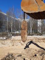 """""""Die entschärfte 500 kg Bombe hängt an der Baggerschaufel"""" Bild: Kampfmittelräumdienst RP Darmstadt"""