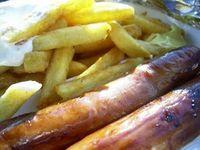 Pommes und Würste: Darmkrebsrisiko steigt deutlich. Bild: pixelio.de, kfm