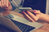 Laptop: Neukunden lesen E-Mails eher.