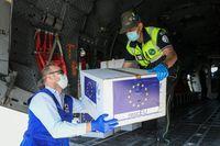 """Ein Militärflugzeug bringt während der Corona-Pandemie am 25. April 2020 Schutzmasken aus Bukarest nach Mailand, als Teil der Operation rescEU.  Bild""""obs/Johanniter Unfall Hilfe e.V./Piero Cruciatti"""""""