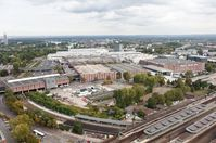 Messegelände von Köln mit Osthallen (Bildmitte) und Nordhallen (Hintergrund), Bahnhof Messe/Deutz (Vordergrund)