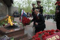 Wladimir Putin am 9. Mai 2014. Blumen am Denkmal für die Verteidiger von Sewastopol in 1941-1942
