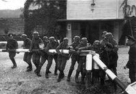 Deutsche Soldaten stellen die Zerstörung eines polnischen Schlagbaums an der Grenze zur Freien Stadt Danzig nach, 1.September 1939
