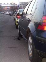 Beim Vorbeifahren Rückspiegel an geparktem Fahrzeug beschädigt – der Fahrer fuhr, ohne anzuhalten, weiter.