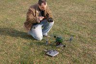 Ein Forscher testet einen Mini-Hubschrauber: Diese Geräte sollen der Rettungsmannschaft künftig dabei helfen, sich schnell einen Überblick über Unglücksstellen zu verschaffen. Bild: Fraunhofer IITB