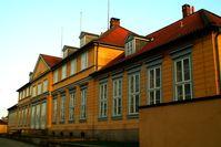 Blick von der Herrenhäuser Straße, zuvor die ehemals barocke Gartenseite des Welfenschlosses Marienburg