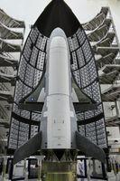 X-37B beim Einbau in die Nutzlastverkleidung