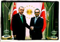 Heiko Maas läßt sich als beim türkischen Treffen, als Vertreter der Bundesrepublik Deutschland mit der türkischen Fahne repräsentieren (2019)