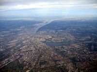 Hamburg aus Nordosten. Luftaufnahme 2007. Blick elbabwärts; links das Hafengebiet, in der Bildmitte die Binnenalster und die Außenalster. (Symbolbild)