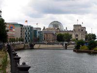 Die Spree mit Reichstagsgebäude und ARD-Hauptstadtstudio