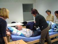 Pflegepersonal in der Ausbildung. Bild: Gerda Mahmens / pixelio.de