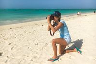 """Eine der Beach-Inspector.de Testerinnen auf Sansibar. Bild: """"obs/Beach Inspector"""""""