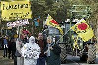 Am Tag der Reaktorkatastrophe von Fukushima (Japan) protestierten 500 Wendländer am und auf dem Gelände des geplanten Endlagers in Gorleben. Unterstützt wurden die Demonstranten von rund 30 Treckern. Die AKW-Gegner überwanden Sperrzäune und besetzten vorübergehend Gelände und Gebäude. Bild: Andreas Conradt / PubliXviewinG