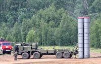S-400 Triumf (russisch С-400 Триумф, NATO-Codename: SA-21 Growler) ist ein in der Sowjetunion sowie in Russland entwickeltes und produziertes, mobiles allwetterfähiges Langstrecken-Boden-Luft-Raketen-System zur Bekämpfung von Kampfflugzeugen und Marschflugkörpern in allen Flughöhen. Ebenso ist es vorgesehen, angreifende ballistische Kurz- und Mittelstreckenraketen abzufangen.