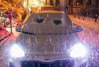 Egal wie eilig man es hat, die Windschutzscheibe muss eis- und schneefrei sein. Ein kleines Guckloch reicht nicht. Bild: HUK-COBURG