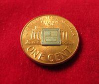 Chip auf Cent: Winzling hat großen Nutzen. Bild: darpa.mil