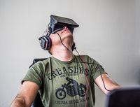 Sergei Orlowski, Gründer und Geschäftsführer von Nival Interactive, beim Test von Oculus Rift (2013)