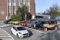 """Ford-Werkjubiläum: Vor 90 Jahren beginnt Kölner Erfolgsgeschichte mit der Grundsteinlegung der Ford-Werke / Neun Meilensteine aus neun Jahrzehnten Ford in Köln: Der jüngste Spross der Kölner Ford Familie, der Ford Fiesta EcoBoost Hybrid, fährt vorbei an seinen automobilen Ahnen - dem Ford A Modell, Ford """"Köln"""" (Modell Y), """"Weltkugel-Taunus"""", """"Badewannen-Taunus"""", Capri I, Granada I, Fiesta I und Scorpio I (v.re.n.li.). / Weiterer Text über ots und www.presseportal.de/nr/6955 / Die Verwendung dieses Bildes ist für redaktionelle Zwecke honorarfrei. Veröffentlichung bitte unter Quellenangabe: """"obs/Ford-Werke GmbH/Friedrich Stark"""""""