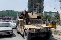 Taliban mit US-Militärausrüstung (2021)