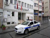 Streifenwagen vor einer Polizeiwache in Istanbul